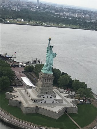 Privéhelikoptertour door New York met champagne: View of the Statue of Liberty from the chopper