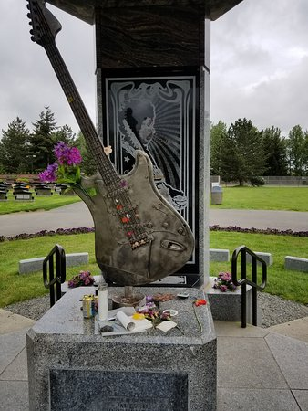 Jimi Hendrix Grave Site: amazing what people still leave here
