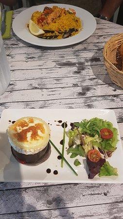 Villanua, Spain: El timbal de berenjena con queso de cabra y al otro lado gran plato de paella valenciana. ñam