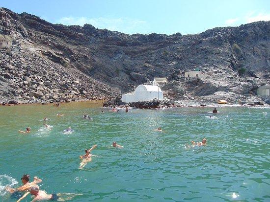 Santorini Volcano: Вот так люди сами плывут к горячим источникам