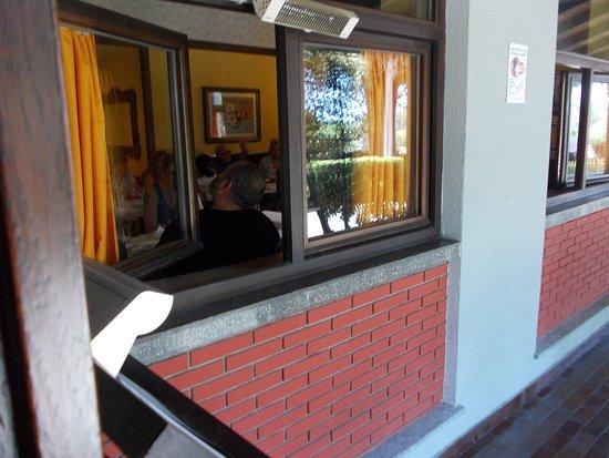 Varallo Pombia, Itália: Commensali intravisti da finestra grande parcheggio