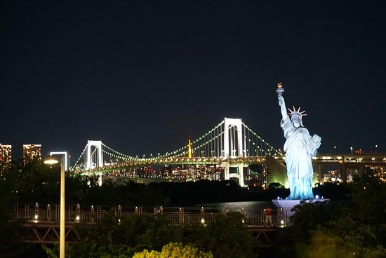 statue of liberty and the rainbow bridge 台場 お台場の写真