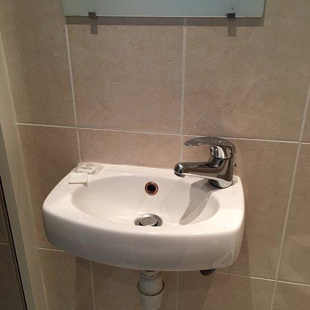 Edgar Quinet Hotel : Lavabo minuscule et chasse d'eau rafistolée