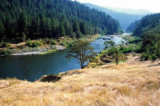 Rogue River, Oregón: Looking downstream on the Wild and Scenic Rogue