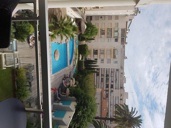 Clarion Suites Cannes Croisette: Vue de la chambre côté piscine