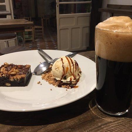 Brownie con helado de vainilla e Imperial Stout. Todo un acierto 👍🏻