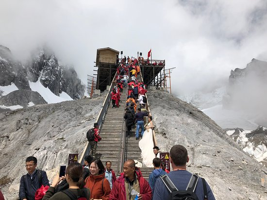 Yulong (Jade Dragon) Mountain: Wedding photos, smoking, red parkas, you name it