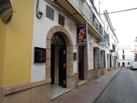 Celia Morales Guitarra Flamenca Tradicional, 小さな通りに面した入り口