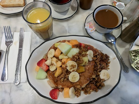 Blooms Cafe : classy pancakes with fresh fruits