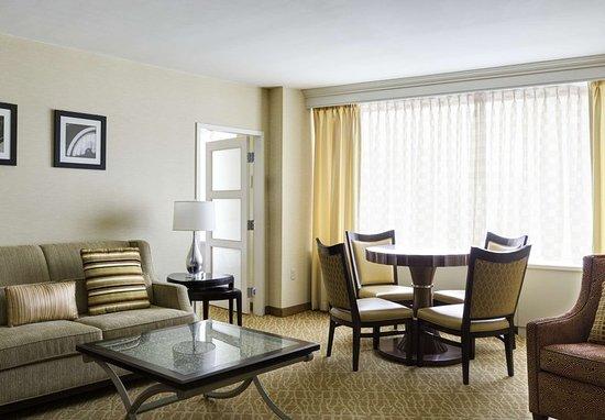 Crystal city marriott at reagan national airport for Media room guest bedroom
