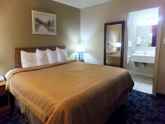 Rodeway Inn Casino Center: Nice clean comfortable bedroom.