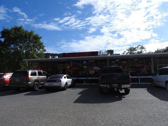 Redway, كاليفورنيا: Name: Breakfast Luch Dinner, great american hamburger is written on window