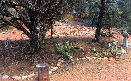 Alma de Sedona Inn Bed & Breakfast: Meditation garden with labyrinth - much more not shown