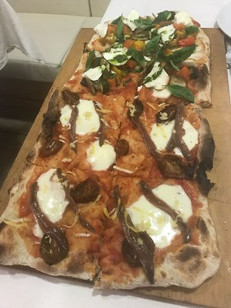 Castegnato, Italy: 1/2 metro pizza gourmet con due gusti