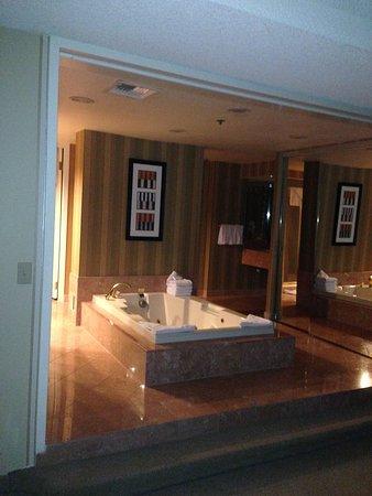 Kowloon Shangri-La Hong Kong : Grand Suite with Jacuzzi at Bally's Las Vegas