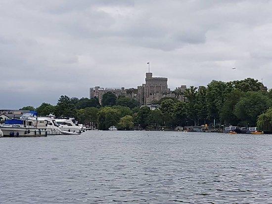 قلعة وينسور: castle from river