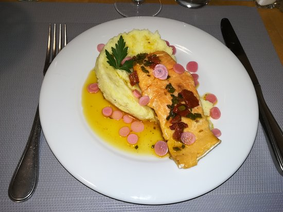 Salles-Lavalette, Francúzsko: pavé de truite avec sa purée maison et émincé de radis...délicieux!
