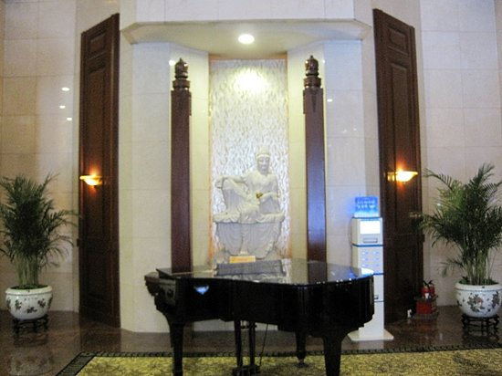 Golden Flower Hotel, Xi'an: ピアノが置いてあります。