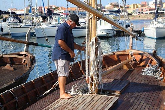 """Stintino, Italien: IL nostro Capitano Giovanni prepara """"Il Professore"""" , un gozzo di 8 m. prima della partenza !!!!"""