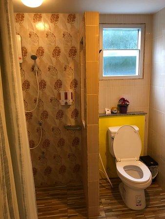 Baan Baimai Boutique Room: ห้องน้ำแยกส่วนเปียกและส่วนแห้งจากกันอย่างชัดเจน