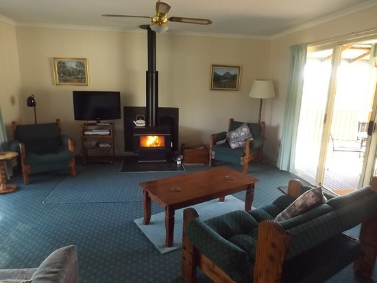 Wirrabara, Austrália: Ruby Cottage lounge room, with slow combustion fire