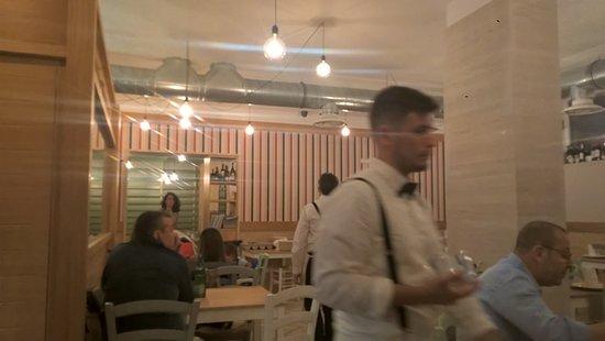 Tarumbo: 明るい雰囲気のあるレストラン