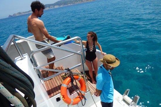 Grau de Gandia, España: plataforma de baño en el catamaran mundo marino gandia