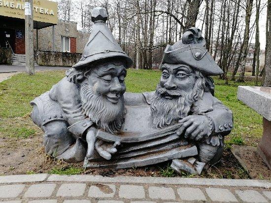 Sculpture Dwarfs Scientists
