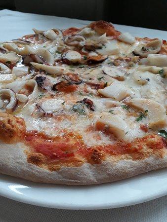 Felegara, Italy: pizza ai frutti di mare