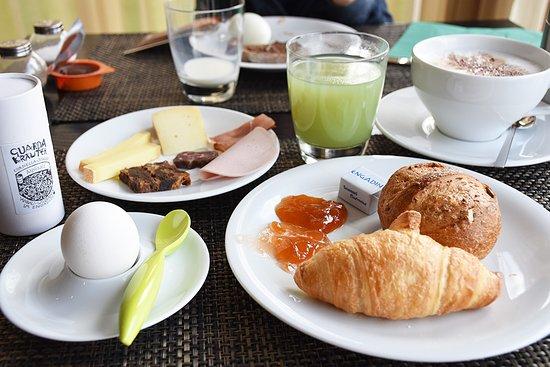 Guarda, Switzerland: Frühstück mit regionalen Produkten