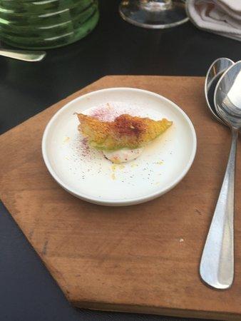 Tiszavirag Restaurant: Lazackrém uborkavirággal és céklaporral