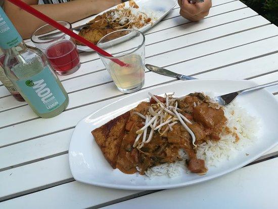 Osho's Place: Thailändisches Erdnuss-Curry mit Tofuecke