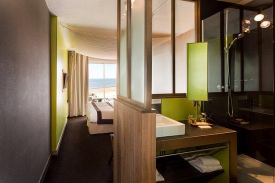 Prefailles, France: Salle de bain des chambres supérieures et loggia