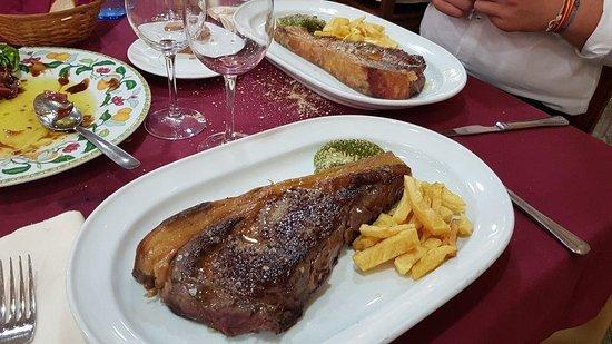 Meco, Tây Ban Nha: Un par de chuletones, acompañado de unos cogollos de tudela con jamón iberico crujiente.