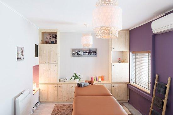 Un Temps Pour Soi: Sur une grande table de massage, je vous propose de prendre le temps pour vous.