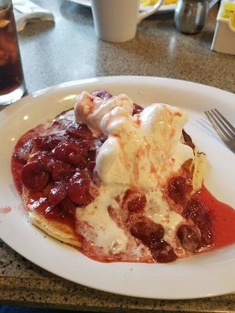 Prairie du Sac, WI: Pancakes with ice cream and strawberries....insanely good!