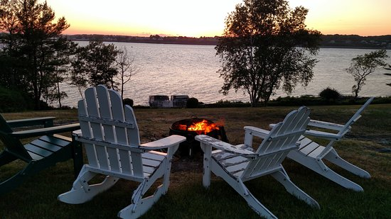 Sea Escape Cottages: Fire pit in front of the ocean at Sea Escape