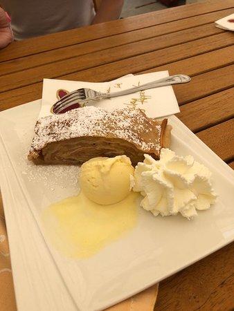 Stiftsrestaurant Melk: Apple strudel with ice cream