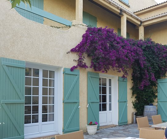 Auberge Les Oliviers : rooms upstairs with a common terrace overlooking the garden