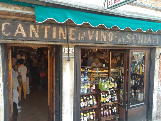 Cantine del Vino Già Schiavi: There she is making those tasty bites