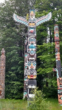 colorful totem pole - バンクー...