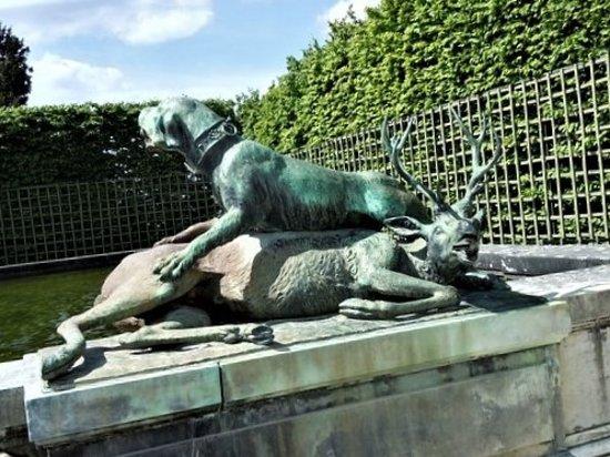 Versailles, France: Une des deux sculptures