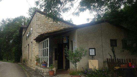 Maubec, Francia: Le bâtiment  paraît abandonné.