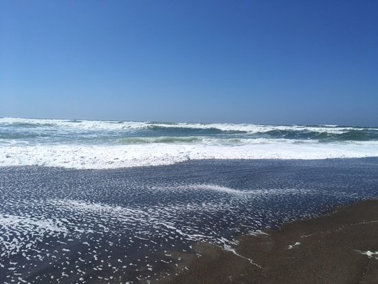 Otis, Oregón: Big waves and plenty of sun at the beach!