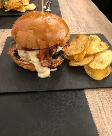 Trito : Hamburger con scottona,mozzarella di bufala, funghi trifolati, bacon e patatine chips
