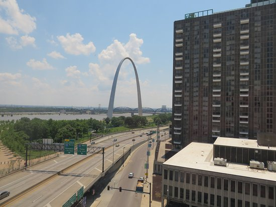 Hampton Inn - St. Louis Downtown at the Gateway Arch: View of the Arch from corner room