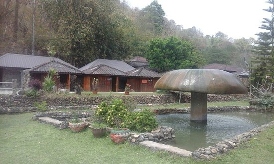 Samoeng, Thailand: fountain and cabins