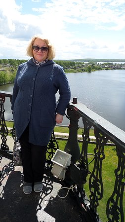 Nevyansk, Russland: Я на балконе 8 яруса на фоне Невьянского пруда.