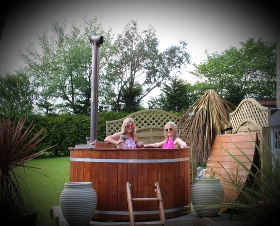 Графство Лондондерри, UK: Private hottub at our new LOVE ISLAND CABIN.... BOOKINGS 07835057859