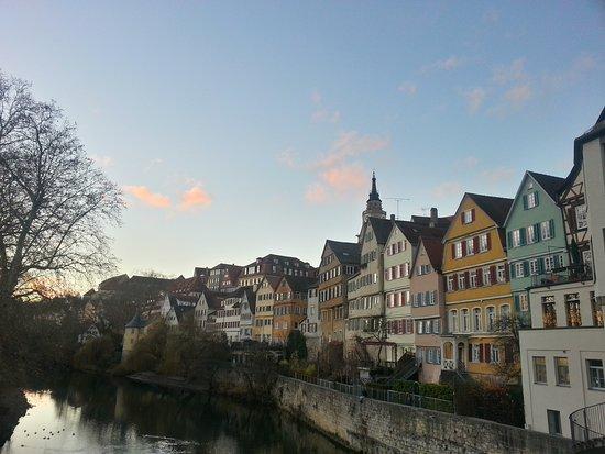 Historische Altstadt Tübingen: Altstadt von der Neckarbrücke aus